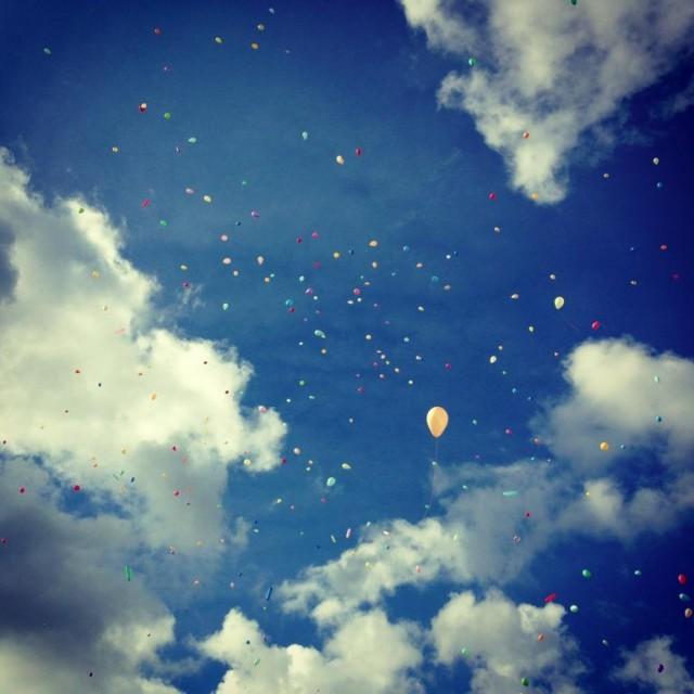 Någonstans där bland 364 andra svävar ballongen jag släppte. Foto: Lina Bernesson, Barncancertrampet