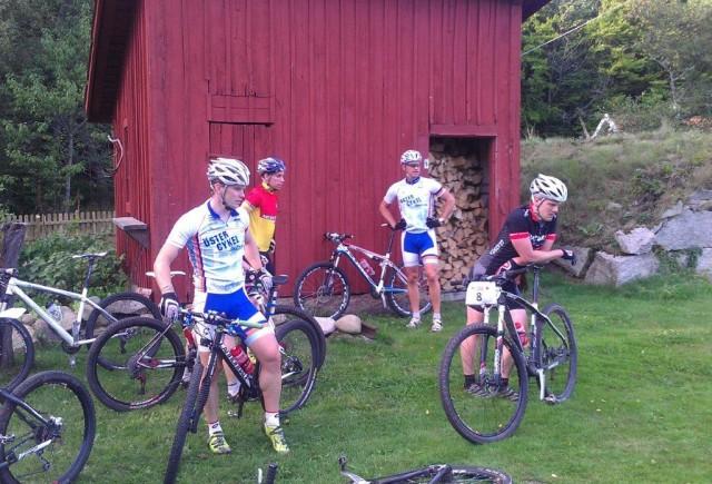 De mer långväga cyklisterna med blivande ettan och tvåan i fonden respektive förgrunden.