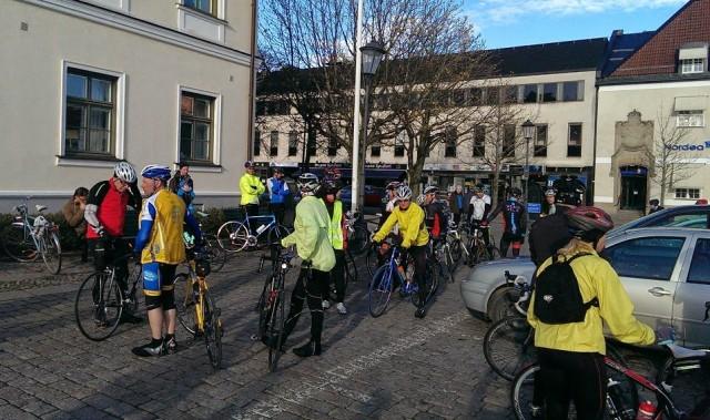 Cyklisterna börjar flockas, först några få sen allt fler