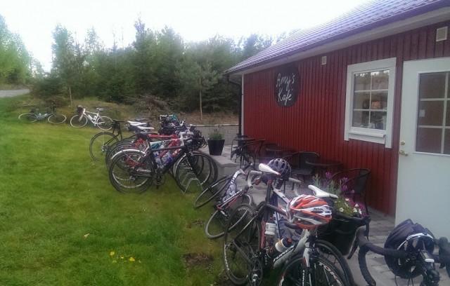 Cyklar fikar och ägarna väntar utanför
