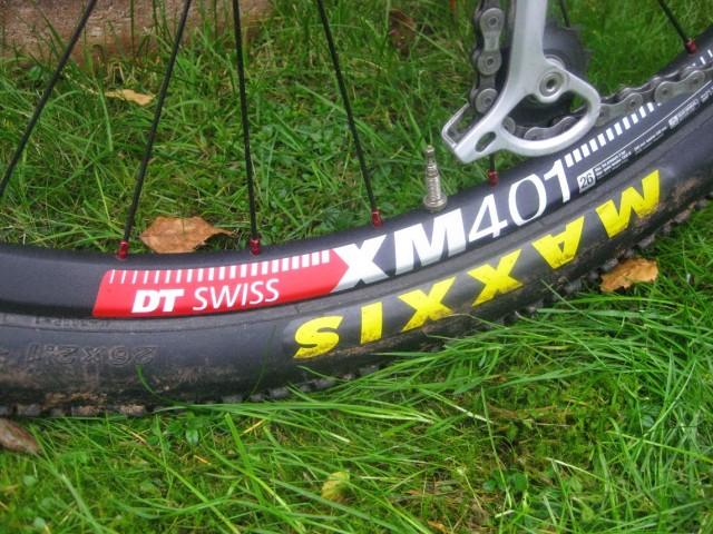 DT Swissfälgar med XT-nav bak. Fram original vilket innebär Alexfälgarna ZX 24 på XT-nav