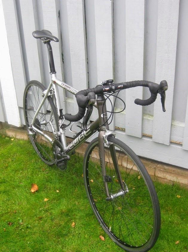 """Trots """"gubbvinkeln"""" på styrstammen ärdet ett """"drop"""" på cykelnpå 12 cmtill ovandelen av styret och ca 25 cm till bocken"""