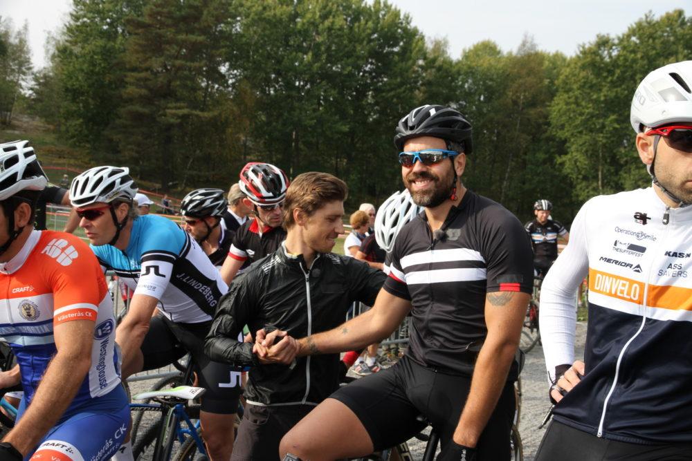 Kalle Zackari Wahlström på startlinjen i Hellasgården tillsammans med sin coach, Svenske mästaren Calle Friberg. Bild från happymtb.org
