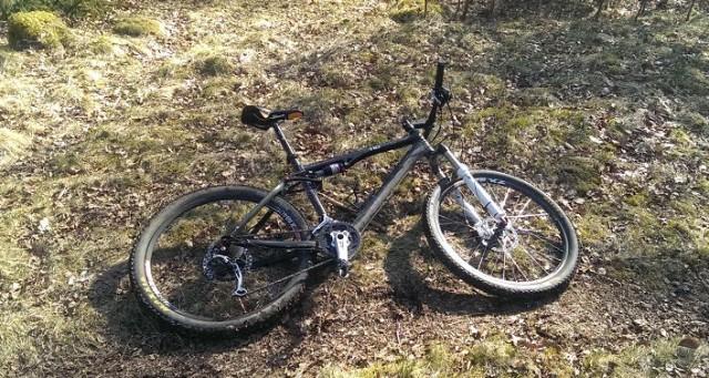 Utslagen cykel vilar ut