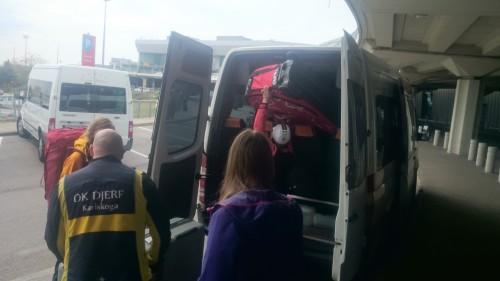 Erik lastar cyklar i vår cykeloptimerade buss
