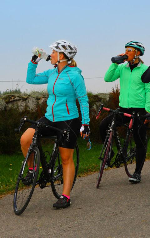 Bars, sportdryck eller gel. Fyll på kontinuerligt med mellan 60-100 gram kolhydrater per timme så ger du kroppen optimala förutsättningar för att ta dig hela vägen till mål.