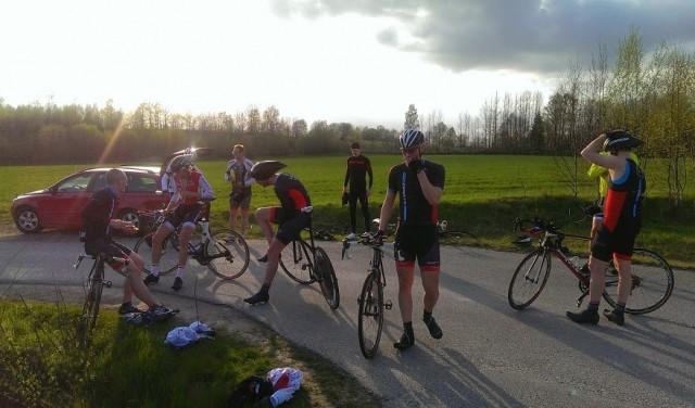 Tempocyklister i motljus. De första har kommit i mål