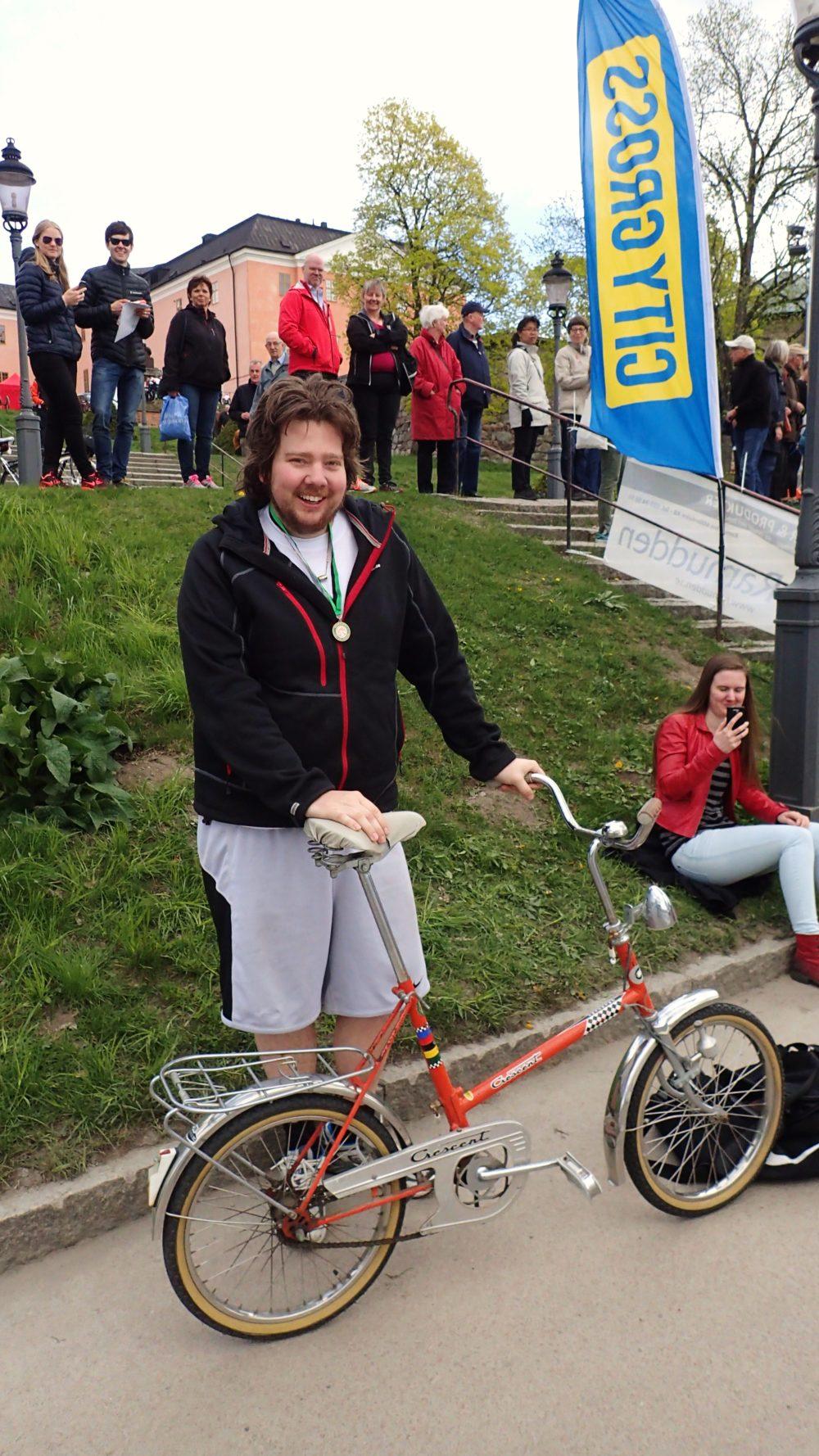 Vissa skilde ut sig i mängden av racercyklar, bland annat den här killen med minicykel som trampade 30 km, liksom en kille som cyklade på enhjuling!