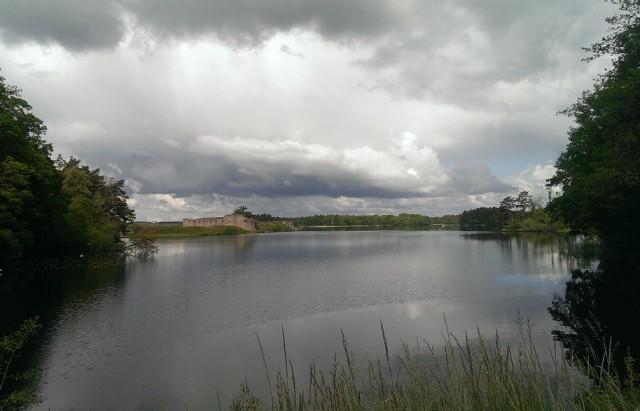 Slottsruinen med alla typer av moln ovanför