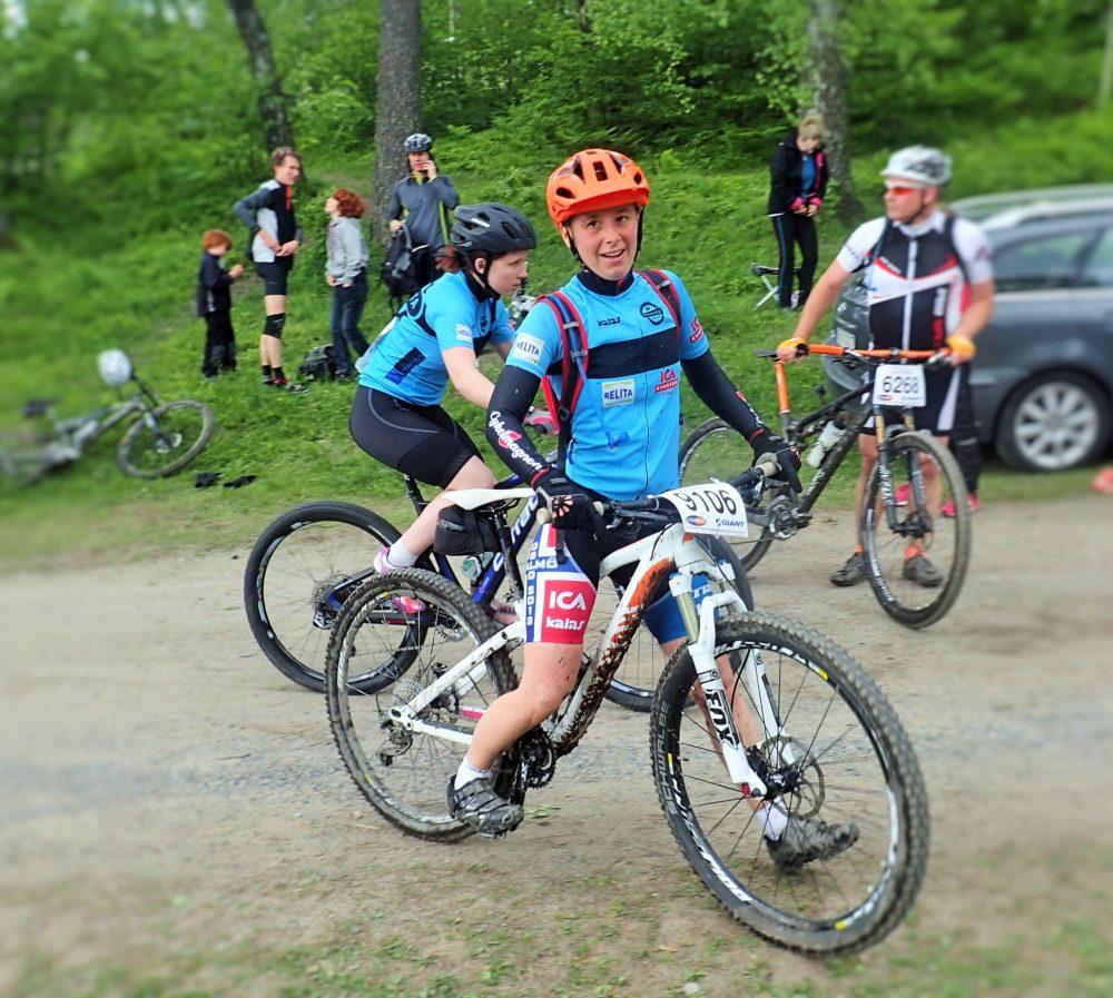 Mia i mål efter första loopen medan Malin ger sig iväg ut på andrasträckan.