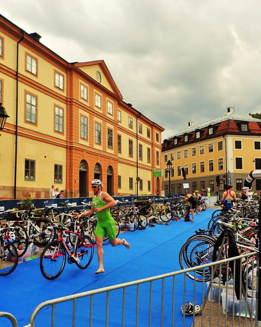 Dags för andra delmomentet- cykling. Man måste springa med cykeln fram till en viss punkt där man får hoppa upp på cykeln.