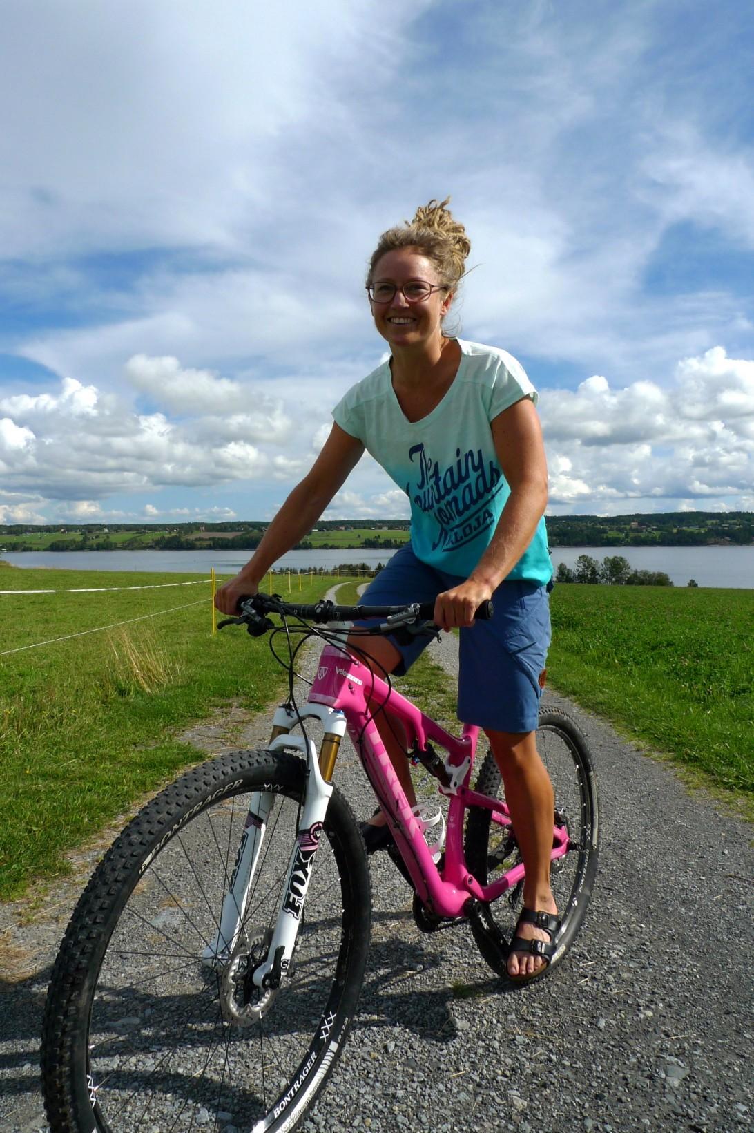 Den rosa cykeln har blivit Cecilias kännetecken