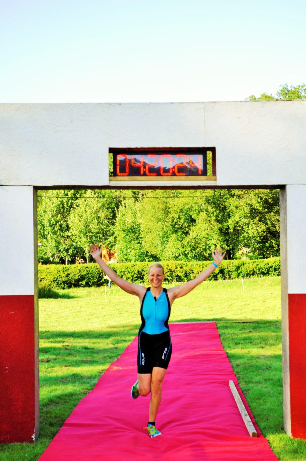 Såå glad att äntligen komma i mål! Foto: Triscore.se