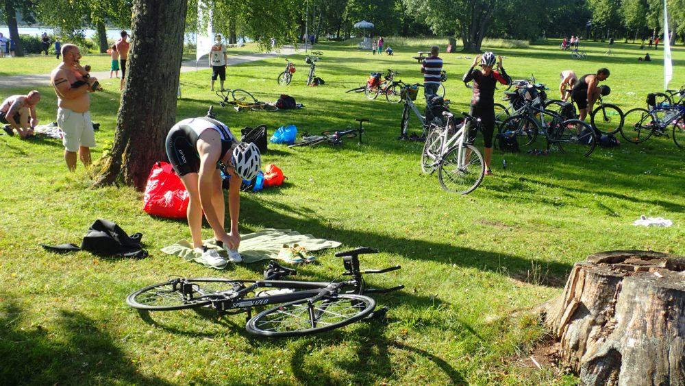Växling från simning till cykling, på med cykelskor och hjälm!