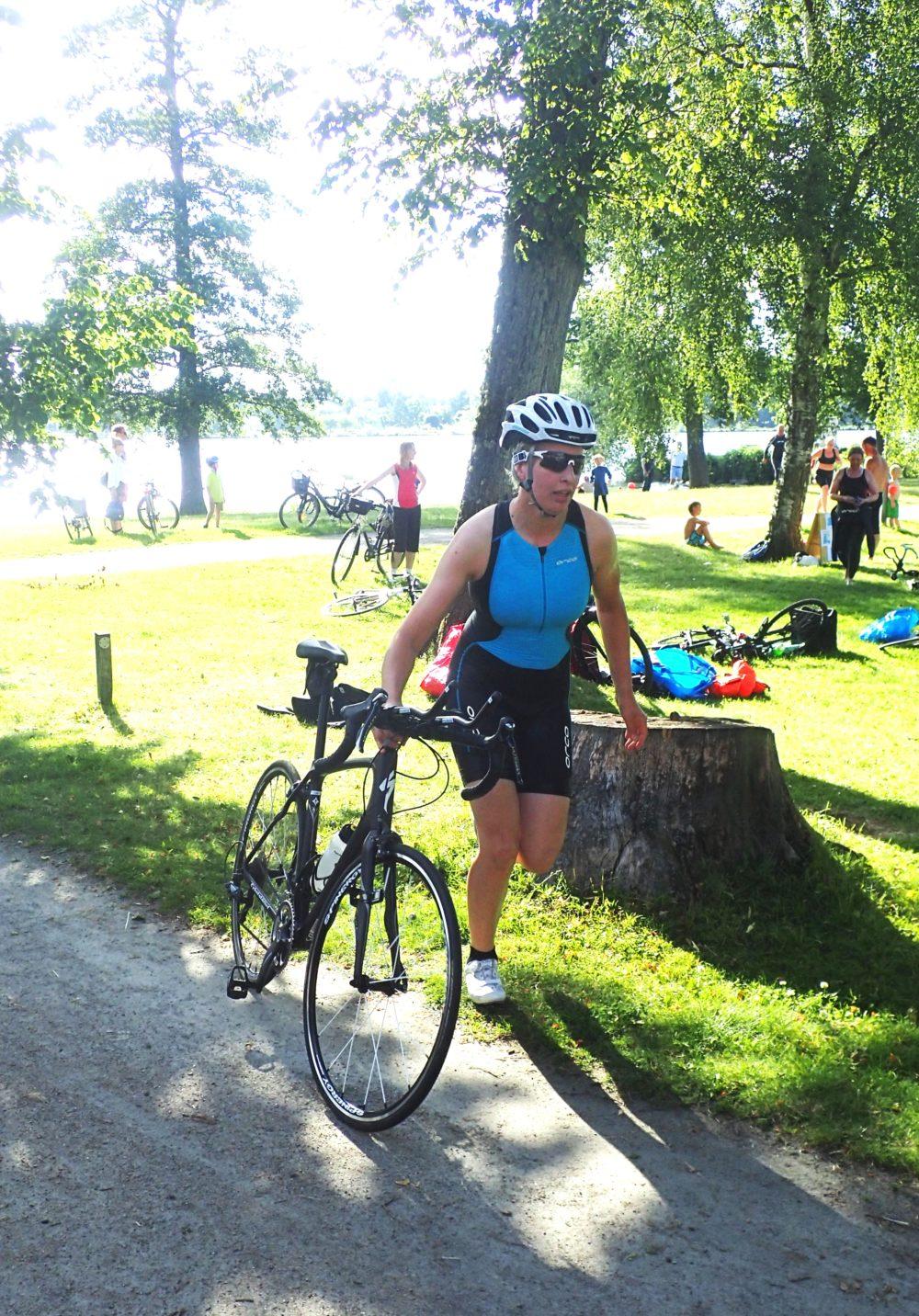 Iväg mot cykelsträckan, men först lite spring med cykeln till en markering där det var tillåtet att hoppa upp och börja trampa.