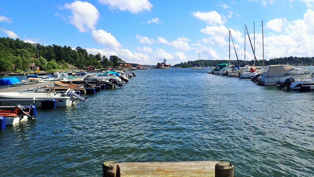 Första biten ut från bryggan förbi båtarna var det lugnt vatten, men sen kom vågorna!
