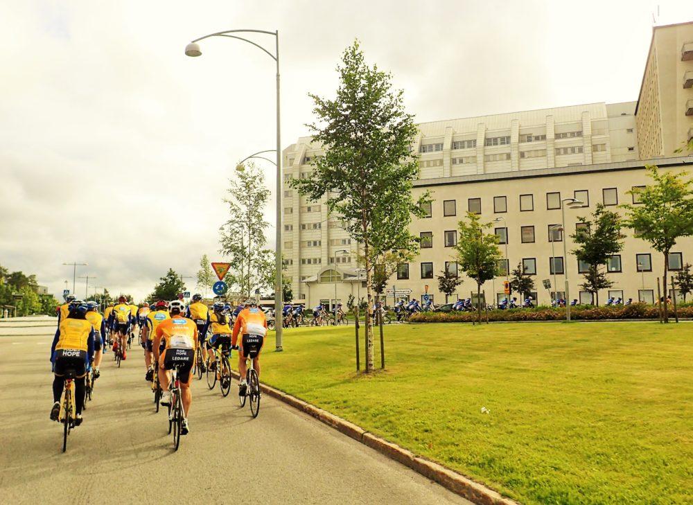 Cyklisterna rullar upp till starten vid Norrlands Universitetssjukhus.