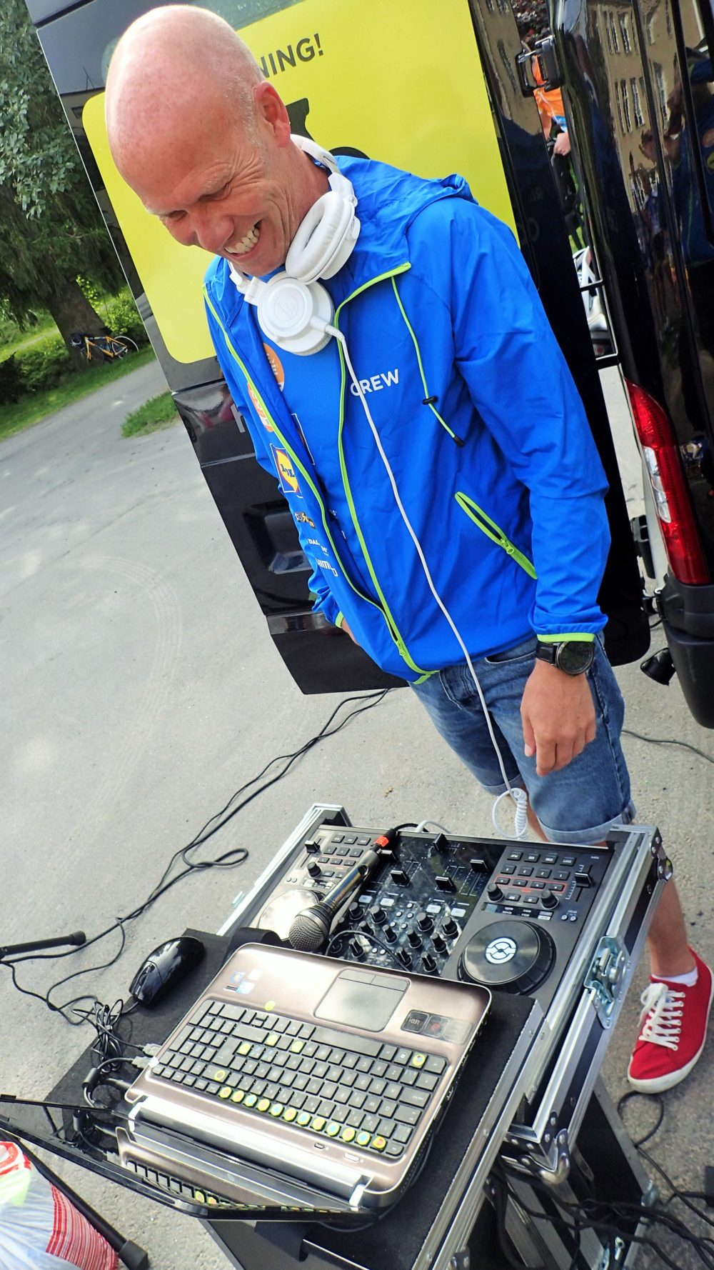 Vi har en egen DJ med oss som håller stämningen på topp inför start!