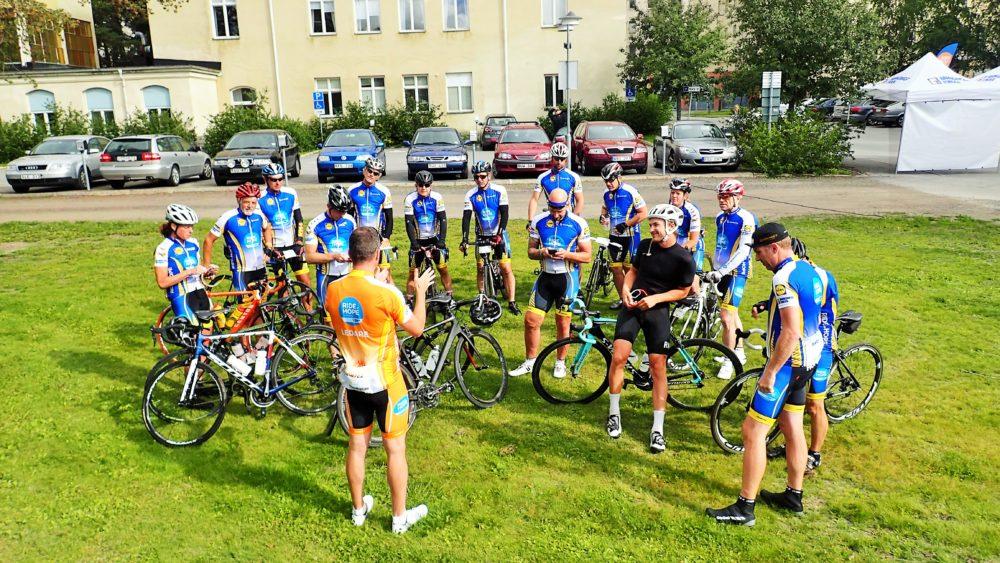 Snabbgruppen pratar ihop sig innan de ska cykla iväg.