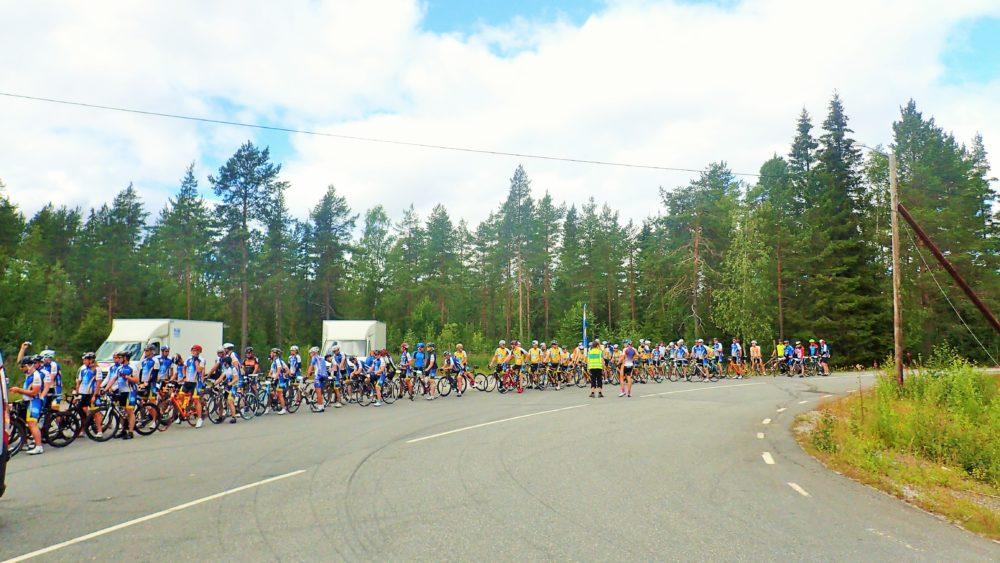 Samling inför en av de mer spännande sträckorna under dagens etapp - 12 km längs E4:an! Alla cyklisterna körde i en grupp på tre led, och vi låg bakom och varnade bilisterna med sjukvårdsbilen.