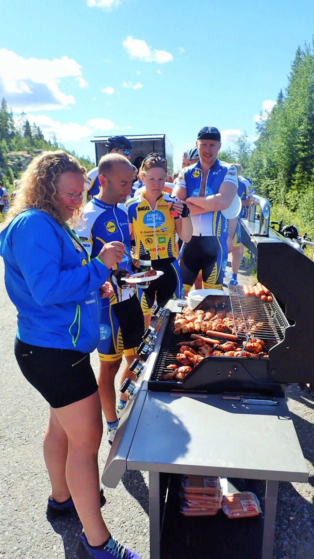 Det grymma serviceteamet hade fixat en gasolgrill och överraskade med grillade kycklingklubbor, korv och potatissallad till lunch!