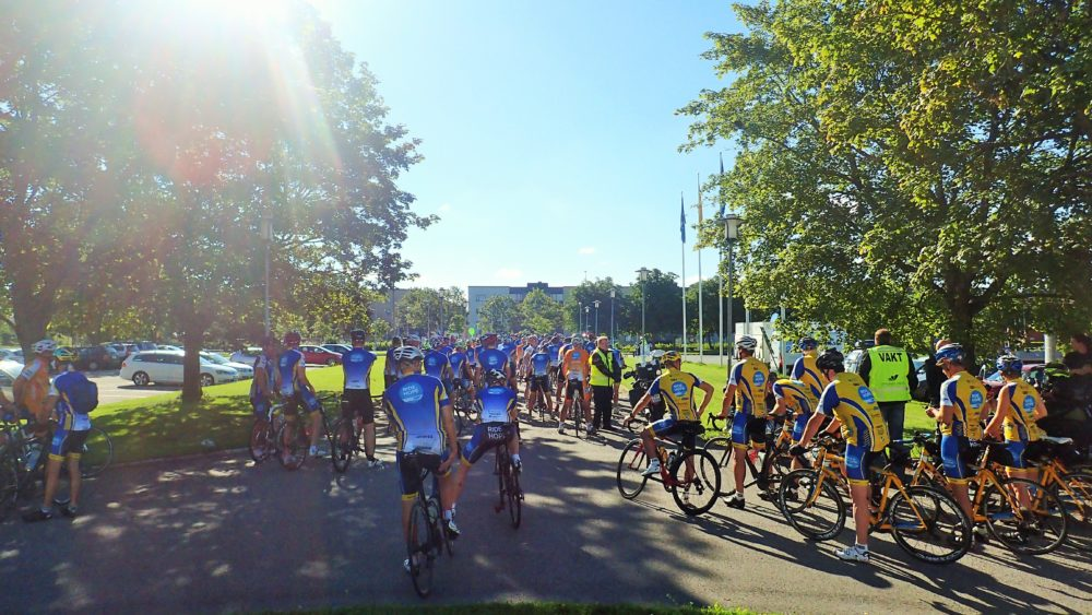 Samling utanför hotellet inför gemensam cykling till starten. Även idag med proffsig MC-eskort av Östra Aros MCK.