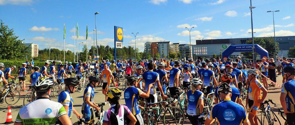Ett helt hav av cyklister vid starten utanför Lidl i Uppsala.