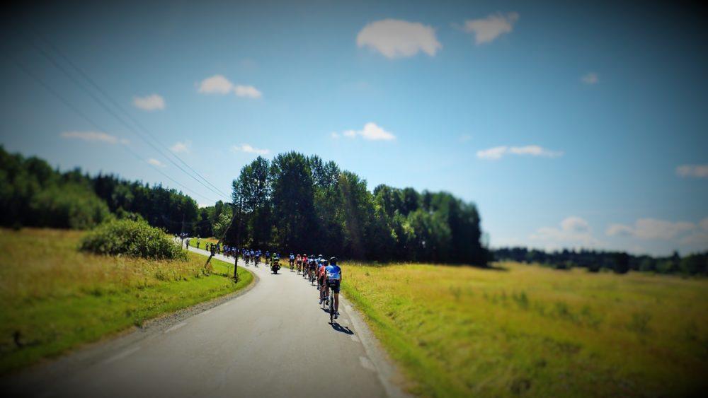 Ett långt pärlband av Ride of Hope-cyklister.