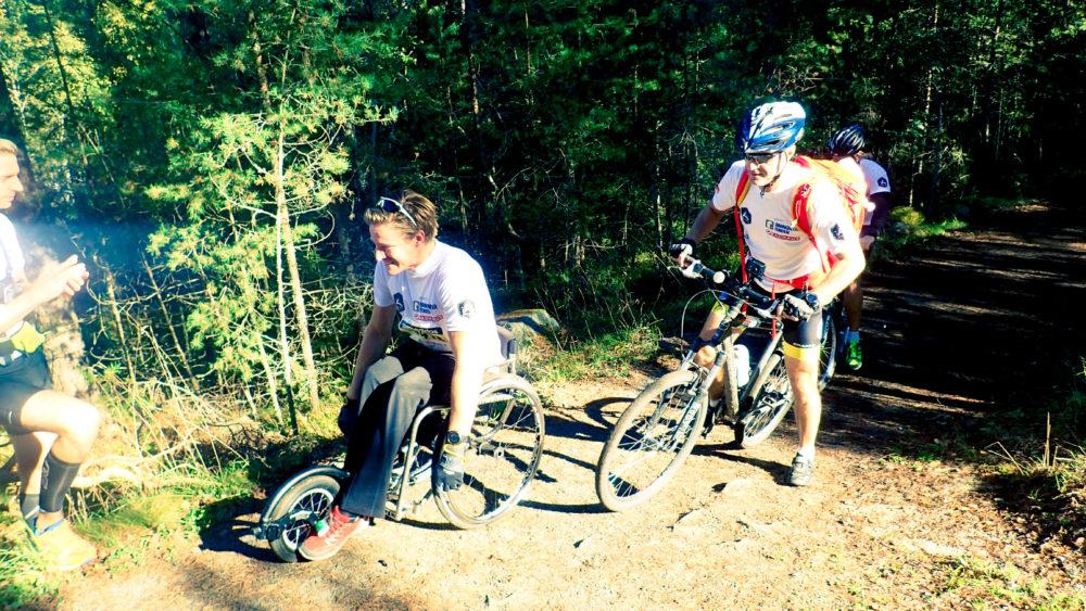 Grymma Aron Anderson körde loppet i rullstol och dessutom med ett leende på läpparna!
