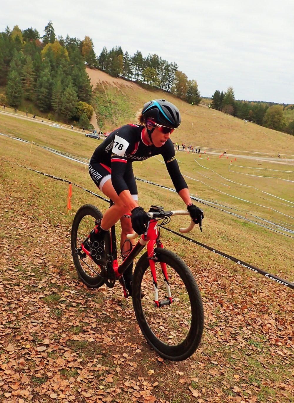 Supercoola triathleten och OS-medaljören Lisa Nordén är också en duktig CX-cyklist! Här kör hon på banan i Sunnersta under tjejernas elitrace.