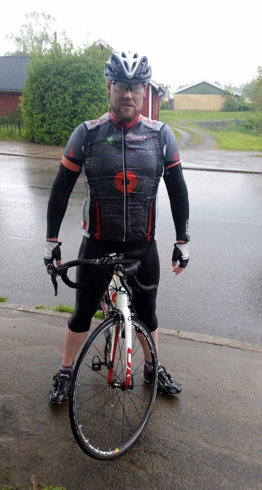 Föga smickrande bild. Men efter 120 km i regn ser jag ut så