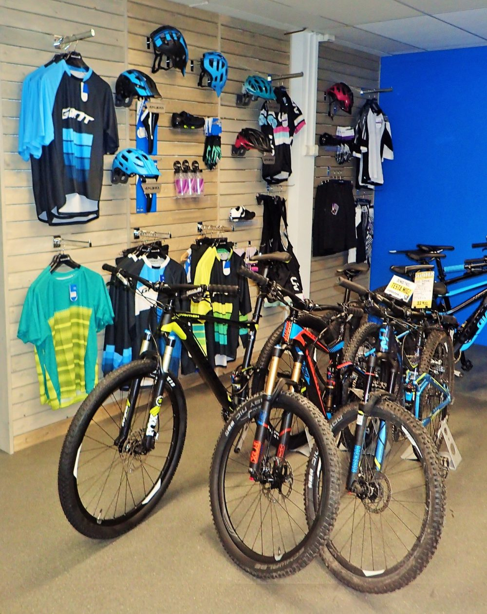 Mycket fina cyklar och prylar att kolla på i butiken också!