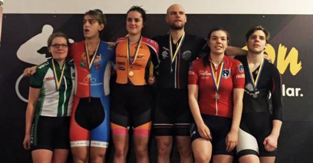 Prispallen i poängloppet med Selma Svarf, Team Cresent DARE och Jacob Wihk, Ryska Posten SK längst upp.