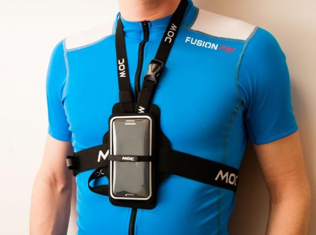 MOC Chest Plate gör så att mobilen sitter säkert mitt på bröstet. Enkel och snabb att komma åt oavsett om det är för att kolla kartan eller svara på ett viktigt samtal.