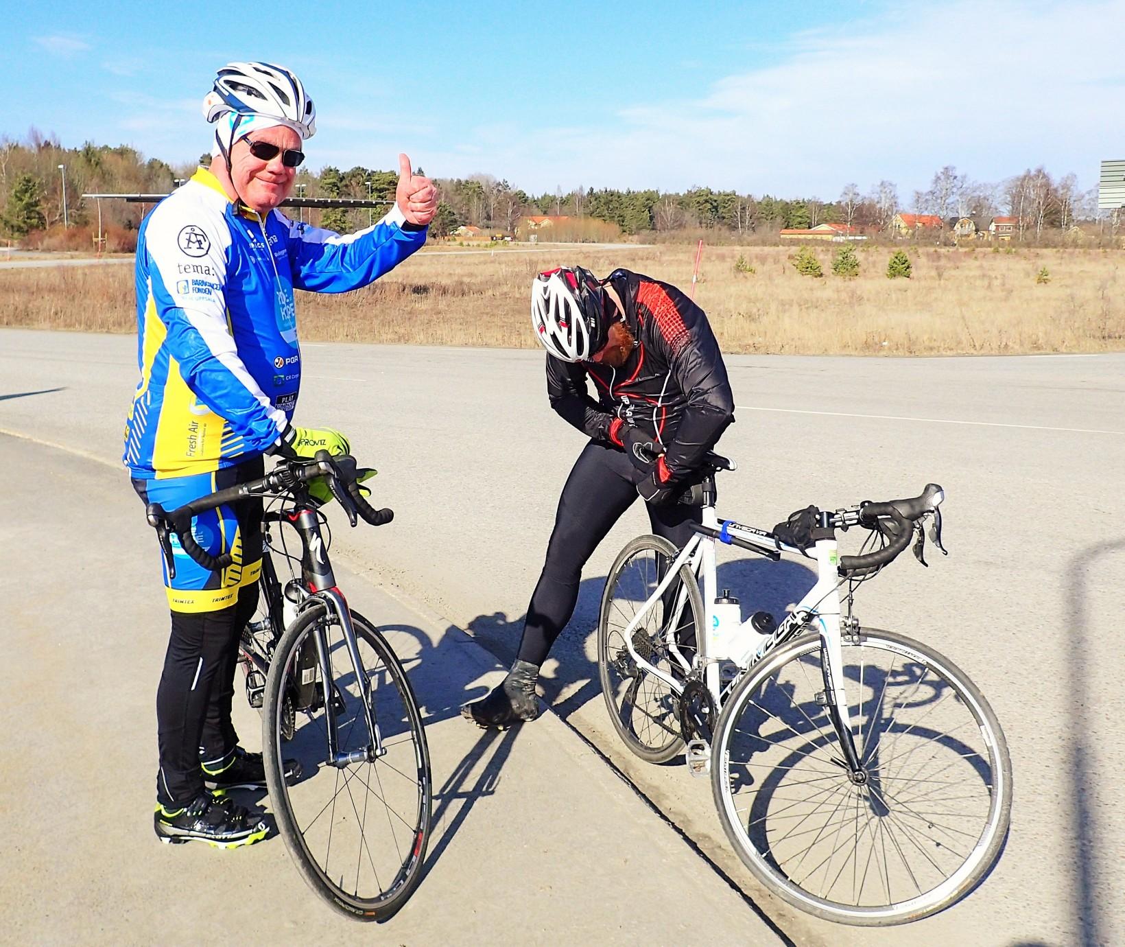 Micke får hjälp med inställning av sadelhöjden av Jim, ena halvan av team Uppsalas grymma serviceteam!