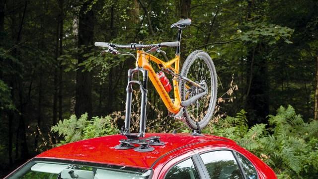 Var försiktig när du lyfter upp cykeln på taket. Du kan repa ramen.