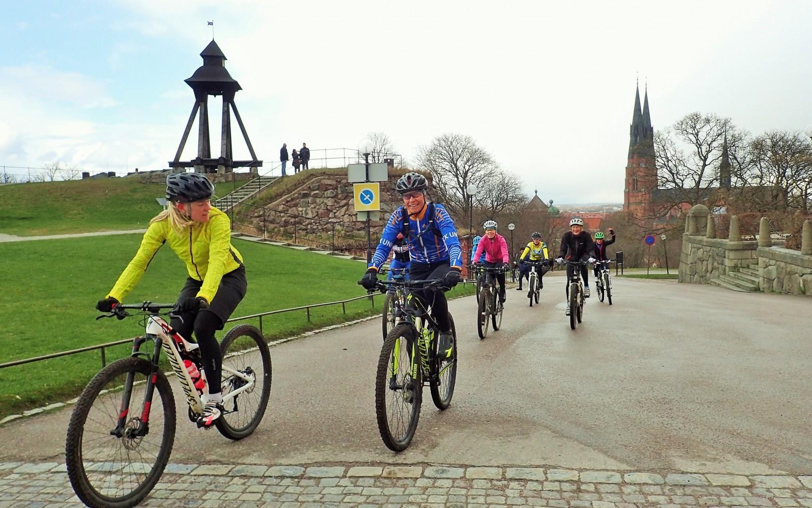 Nöjda tjejer som rullar över mållinjen på borggården vid Uppsala slott.