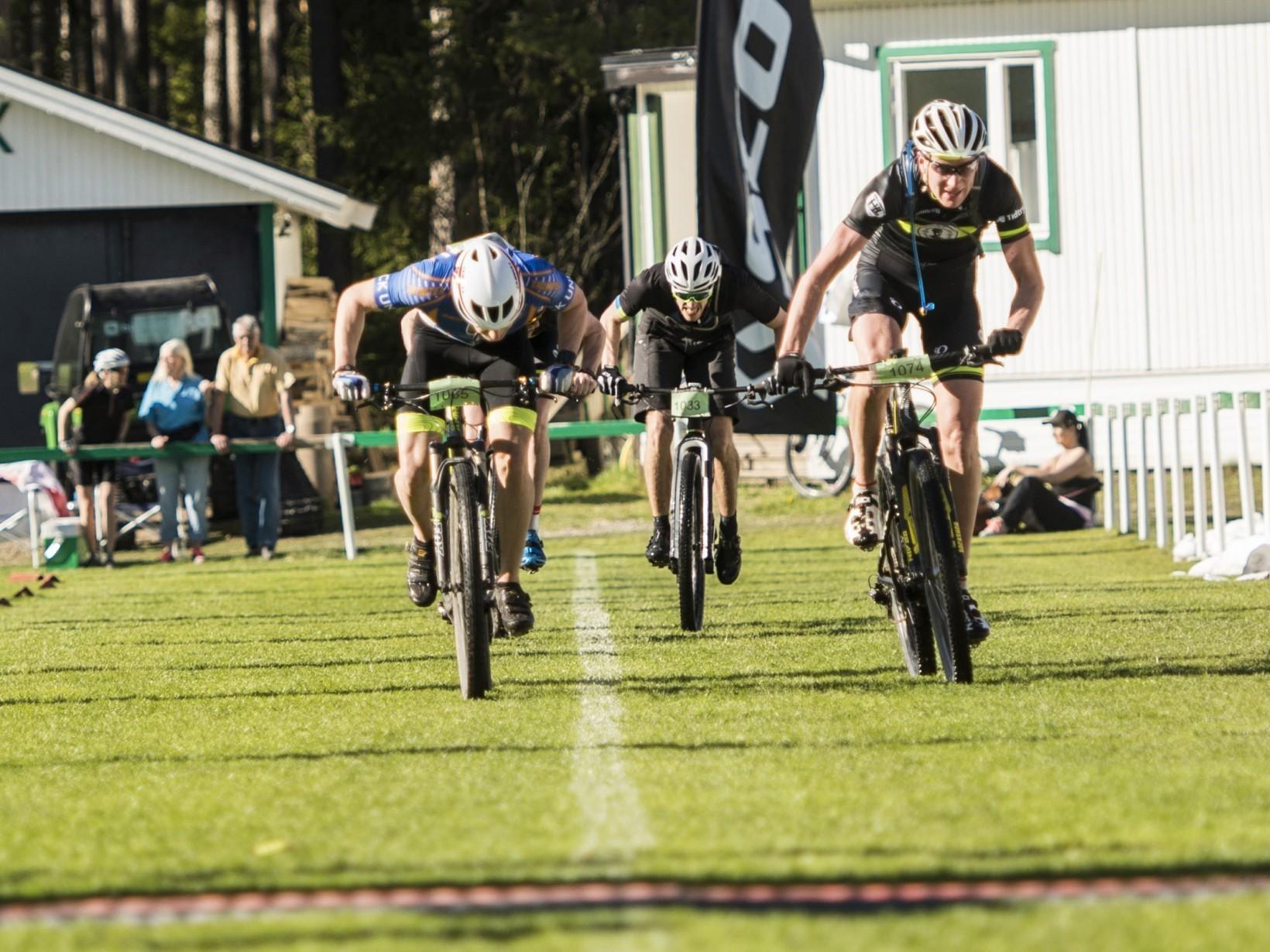 Spurtstrid med två av cyklisterna från Team Skandisloppet!  Foto Jesper Andersson www.jeppman.com