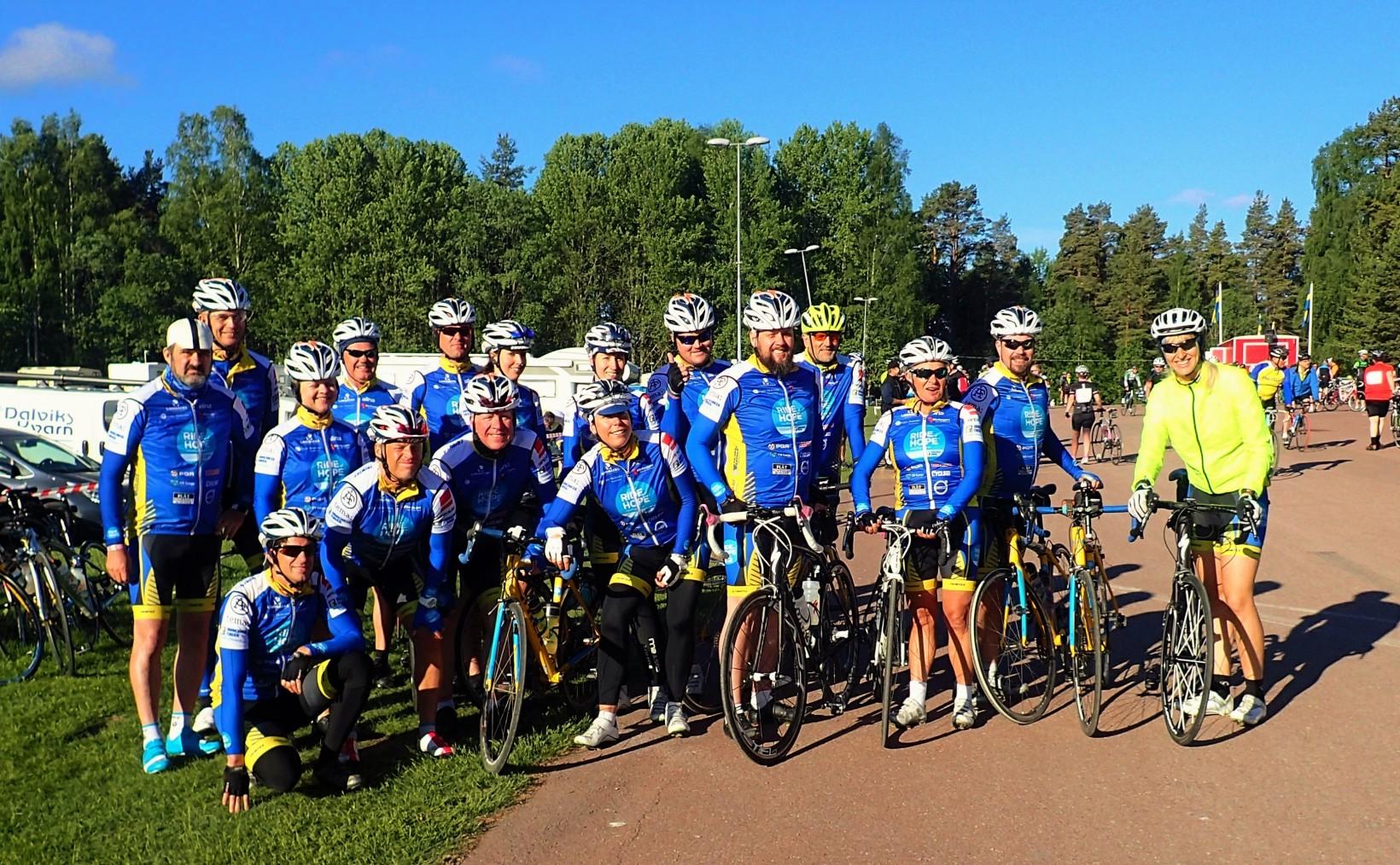 Ride of Hope team Uppsala redo för start. Jag passar inte riktigt in i teamet på grund av att det var så kallt på morgonen att extrajackan fick åka fram. Endast 8 + grader visade termometern klockan 7 när det var dags för start. Som tur var blev det betydligt varmare så småningom!