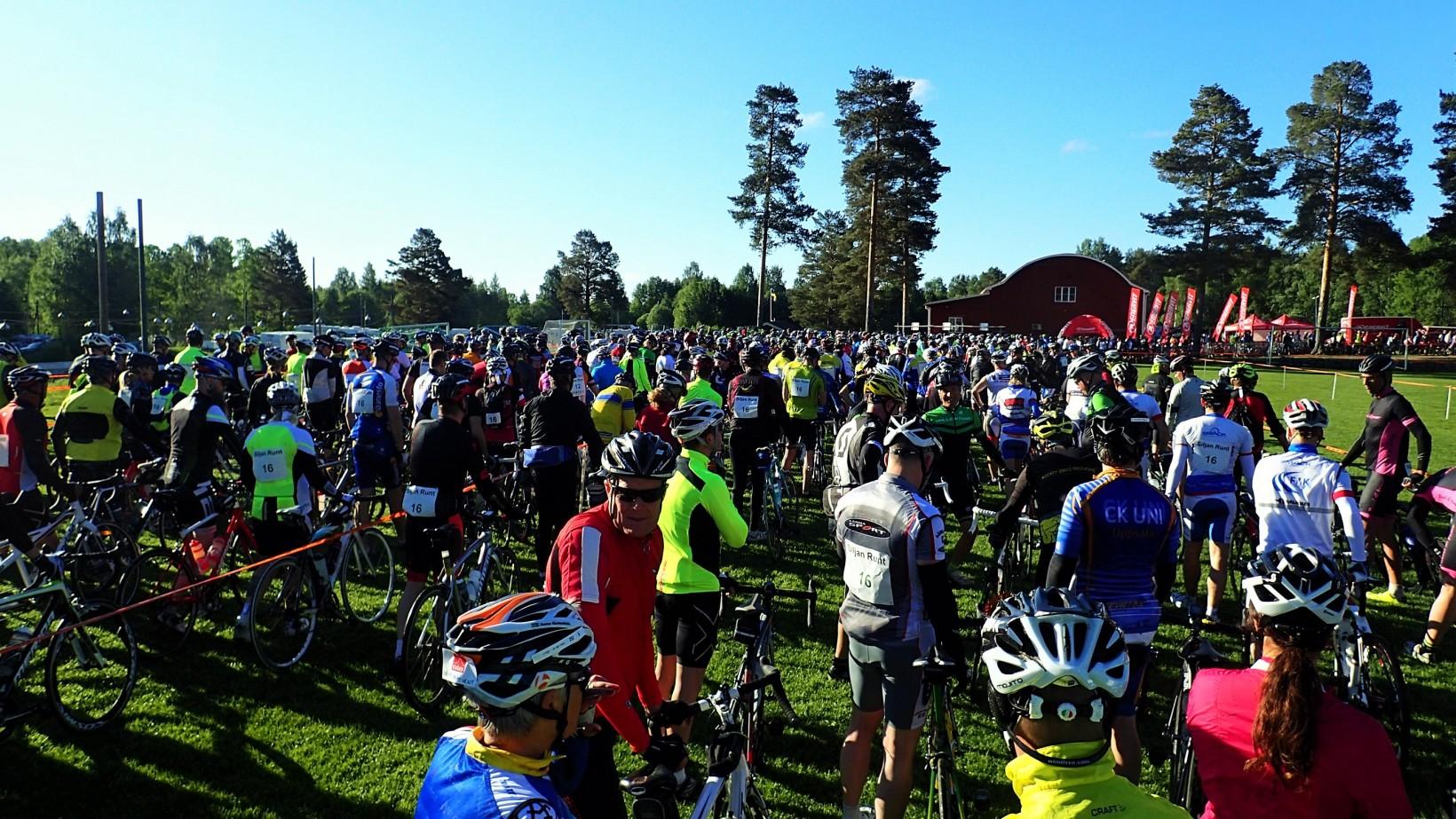 Den långa kön med cyklister som ringlar sig fram till startlinjen.