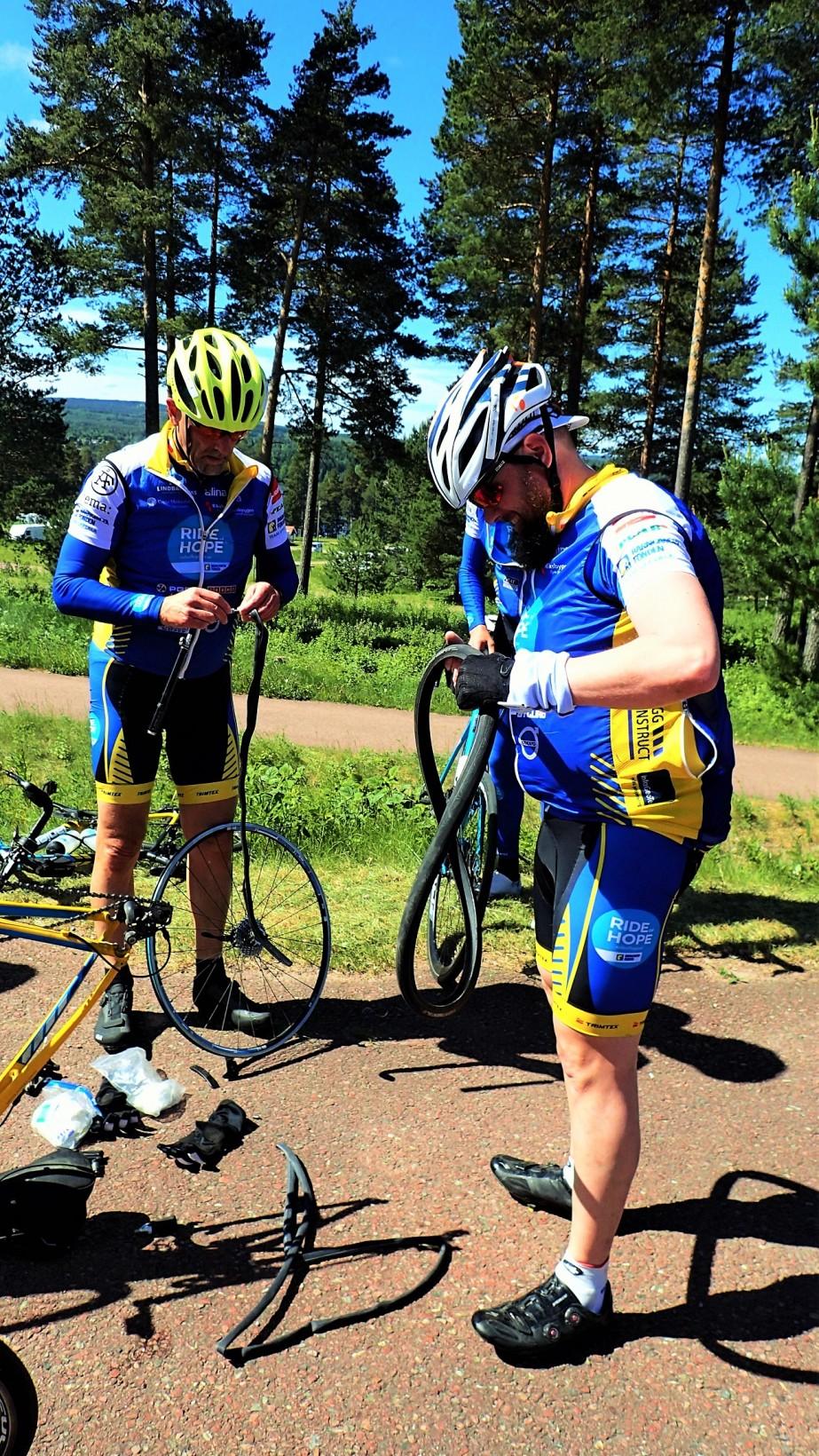 Dagens enda punka stod Roffe för i Leksand. Med lite mekhjälp av Claes så var vi snart på rull igen.