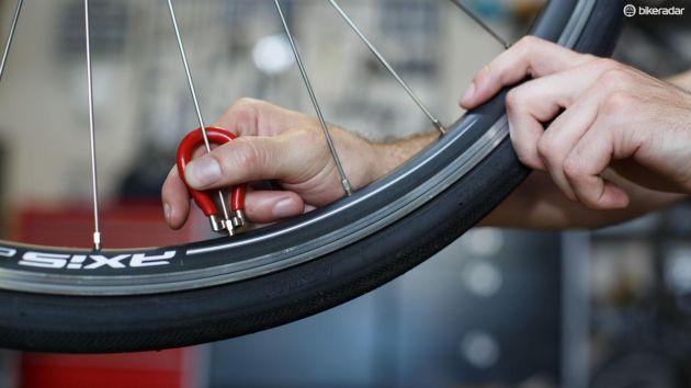 Om du riktar dina egna hjul ska du inte bara dra åt ekrar. Det går absolut att dra dem för hårt.