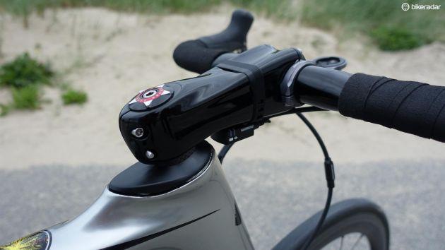 Eftersom Kittel inte kör på originalstyret från Specialized måste han även ha en annan styrstam och kan inte ha helintern vajerdragning som det normalt sett är på Venge. Han gillar, som så många andra i proffsklungan, Zipps Sprint SL, men eftersom att Zipp inte sponsrar Etixx-Quickstep har mekanikerna målat över loggorna. (Foto: Nick Legan/BikeRadar)