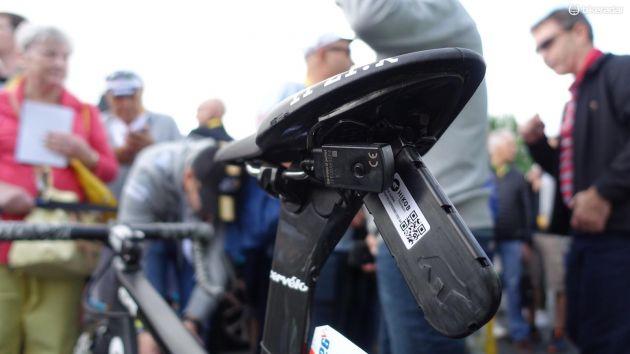 Under Fizik Arione-sadeln sitter sändaren som alla cyklister har med sig för att vi ska kunna ha koll på tidsavstånden. Dimension Datas mekaniker har dessutom placerat junction boxen/ladd-porten för Di2-systemet här. Cavendish sitter 70,3 cm ovanför vevpartiets centrum. (Foto: Nick Legan/BikeRadar)