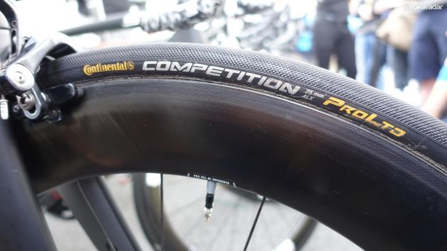 Continentals 25 mm breda Competition Pro LTD är kanske det allra populäraste däcket i klungan. (Foto: Nick Legan/BikeRadar)