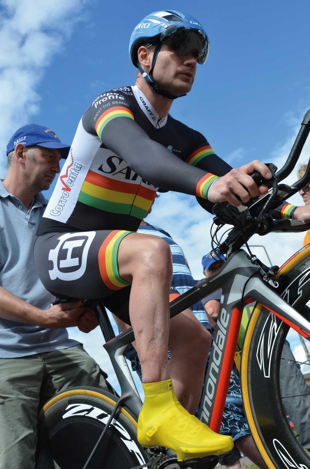 Båda Henriks fötter är stelopererade, ändå cyklar han snabbare än de flesta av oss. Foto: Lena Alfvén