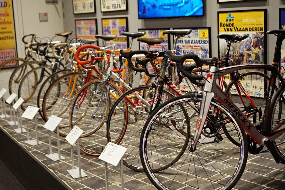 Flandern Runt-centret innehåller ett väldigt fint museum, med mängder av prylar och historier. Här ser vi deltagares cyklar från olika generationer, bland annat Eddy Merckx hoj.