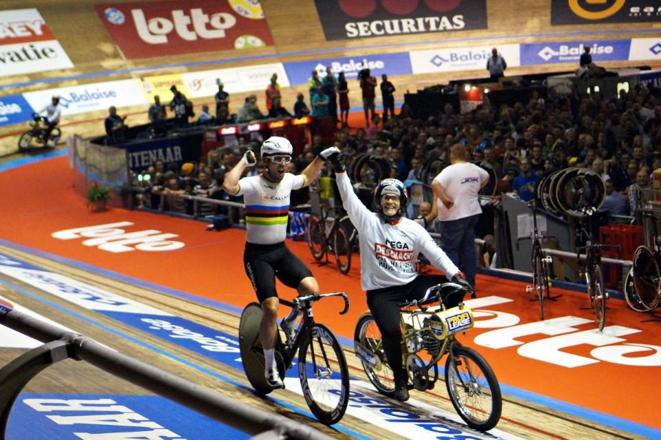 Cavendish firar segern i ett av Derny-loppen, där det är poäng som står på spel. Sex cyklister med varsin Derny – först över mållinjen!