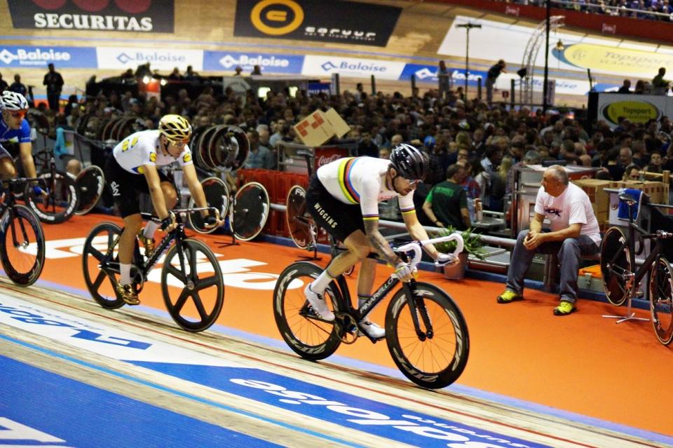 Wiggins drar klungan under en Madison, iförd världsmästarränderna, följd av Elia Viviani som pyntat sig med OS-guldfärg.