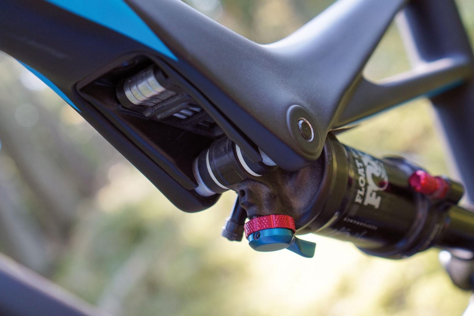 Bakdämparen har inte bara en Autosag-ventil för enkel inställning av tryck, den härbärgerar nämligen också ett muliverktyg, i linje med ambitionen att vara en praktisk cykel för hela skogen.